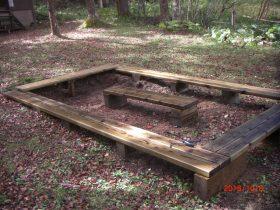 避難小屋前の新設休憩用ベンチ